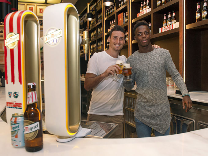 Aduriz y Williams se toman una San Miguel.