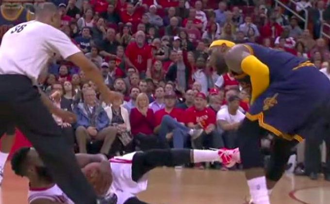Así golpeó Harden a 'King' James.