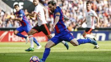 Messi lanza un penalti.