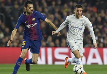Busquets persigue a Hazard.