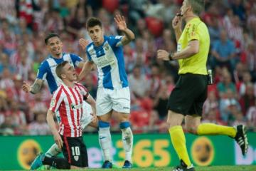 Bustinza, en una falta a Muniain. FOTO: athletic