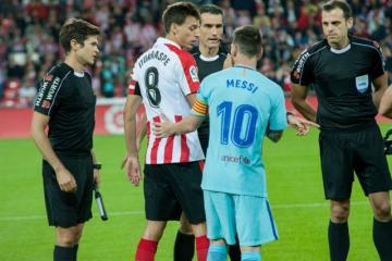 Iturraspe y Leo Messi, capitanes, se saludan (Foto: Athletic).