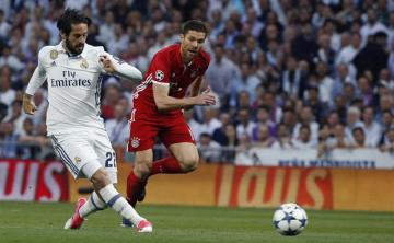 Xabi Alonso persigue a Isco.