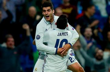Morata y James celebran un gol con el Real Madrid.
