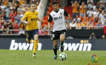 Gameiro persigue a Carlos Soler.