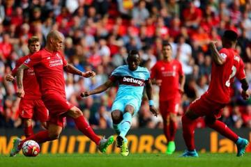 El jugador del West Ham ante la defensa del Liverpool.