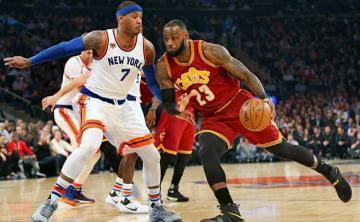 Carmelo Anthony defiende a LeBron James.