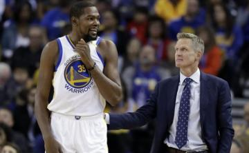 Steve Kerr, habla con Kevin Durant.