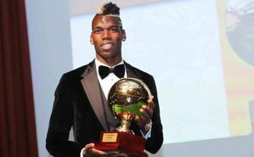 Paul Pogba posa con su Golden Boy en 2013.
