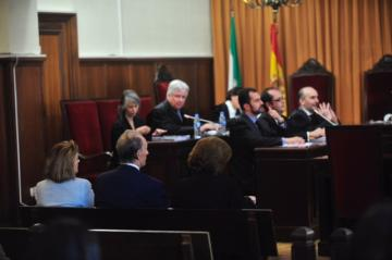 Ruiz de Lopera, junto a Encarnación Molino, en la Audiencia Provincial.