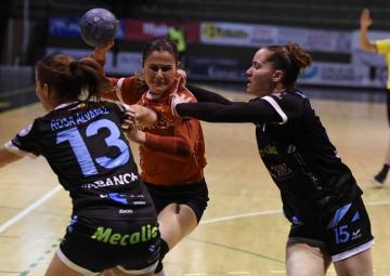 Andrea Dapena intenta superar la defensa del Guardés (Foto:Atlántico).