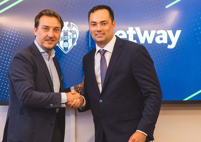 Quico Catalán durante la firma con el CEO de Betway Anthony Werkman (Levante UD).