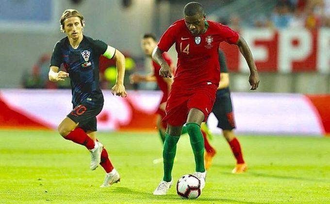 William Carvalho con la pelota ante Modric.