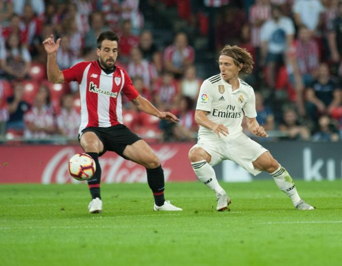 Beñat intenta controlar un balón ante Modric. (Foto: Athletic Club).