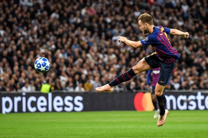 Disparo de Rakitic en el Tottenham-Barcelona de Champions League.