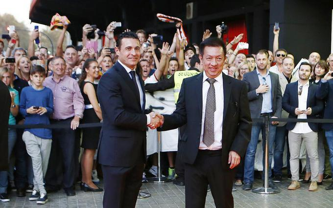 Amadeo Salvo recibe a Peter Lim en Mestalla.