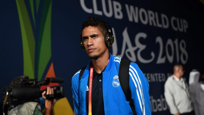 Varane, a su llegada al estadio Zayed Sports City.