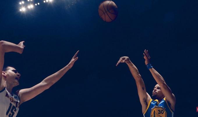 Stephen Curry lanza a canasta frente a Denver Nuggets (Foto: Golden State Warriors).
