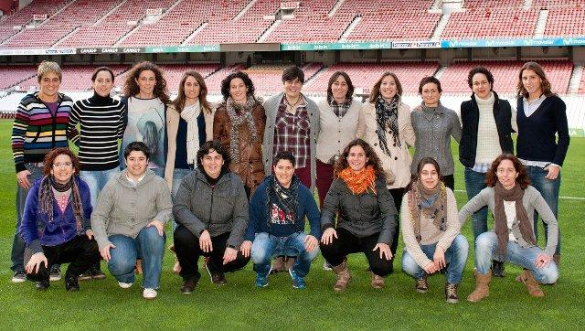 Las campeonas de la primera Superliga del Athletic Club posan en San Mamés (Foto: Athletic Club).