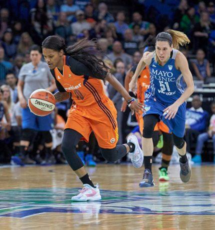 La escolta estadounidense Courtney Williams en un partido con Connecticut Sun.