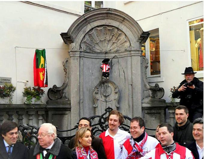 La camiseta del Athletic Club no podía faltar en el manneken pis de Bruselas.