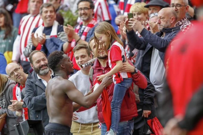 Iñaki Williams regala su camiseta del Athletic a la hija de Gurpegui en San Mamés (Foto: Edu DF / BLACKSWAN).