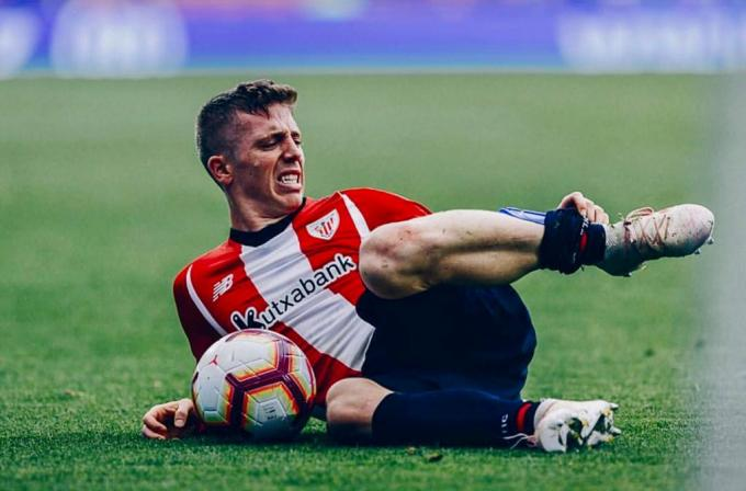 Iker Muniain se duele de un golpe en un partido del Athletic Club (Foto: Edu DF/BLACKSWANK).