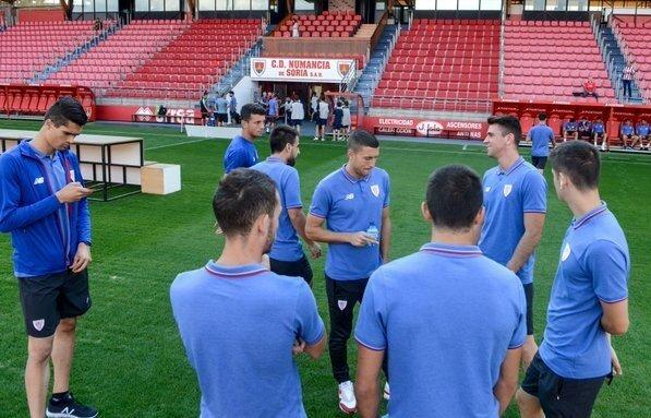 Hodei Oleaga mira en móvil en Los Pajaritos antes del amistoso Numancia-Athletic (Foto: Athletic Club).