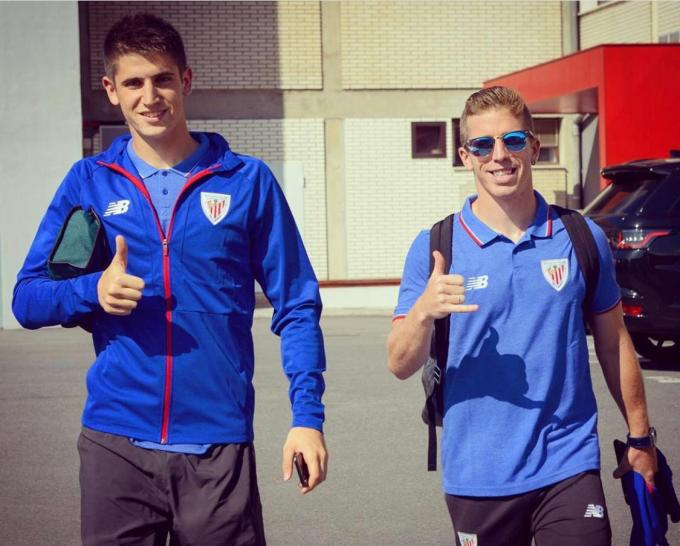 Oihan Sancet e Iker Muniain sonríen en la pretemporada del Athletic Club.