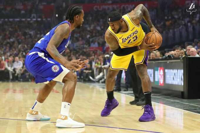 Leonard intenta robar en un lance del partido entre los Lakers y los Clippers (Foto: @Lakers).