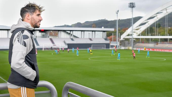 Javi Martínez viendo el Athletic-Eibar en Lezama (Foto: Athletic Club)
