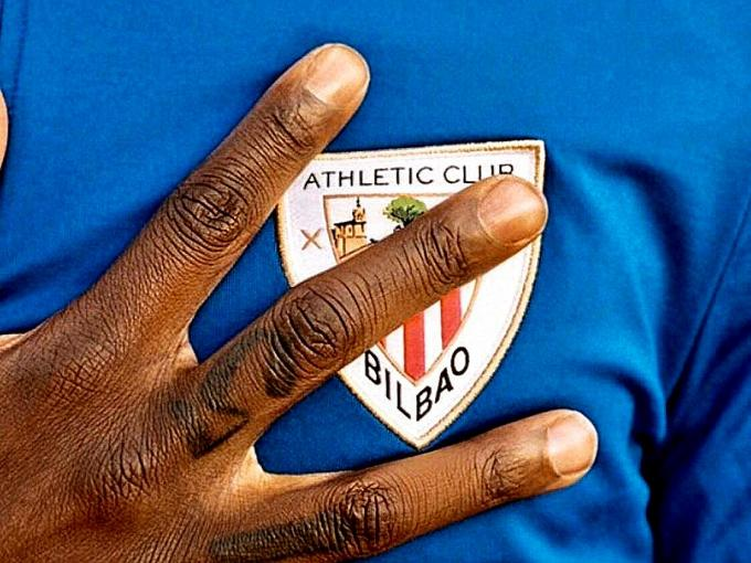 Iñaki Williams se toca el corazón y el escudo del Athletic Club.