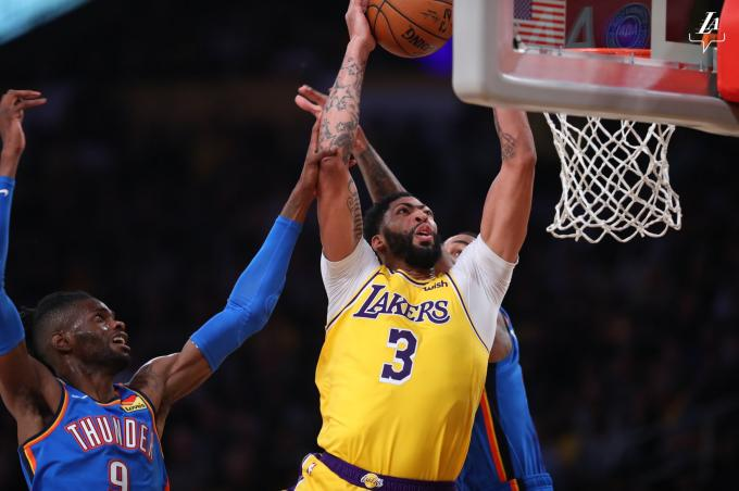 Anthony Davis a punto de anotar contra los Thunder en la NBA (Foto: @Lakers).