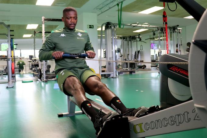 William Carvalho se recupera de su hernia discal.