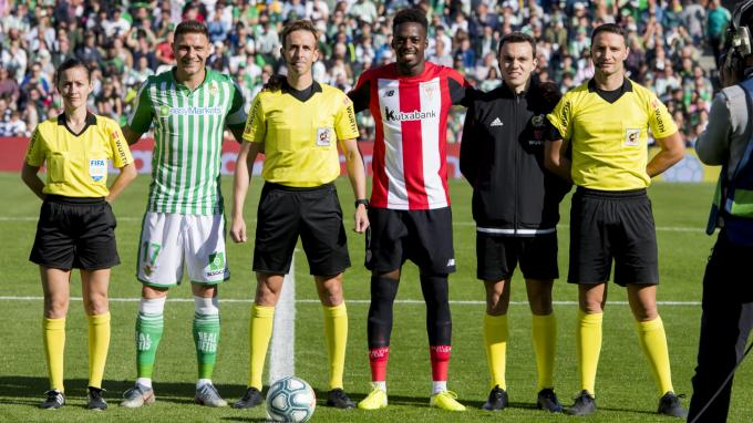 Iñaki Williams, capitán en el Villamarín, junto a Joaquín y el trío arbitral (Foto: Athletic Club).