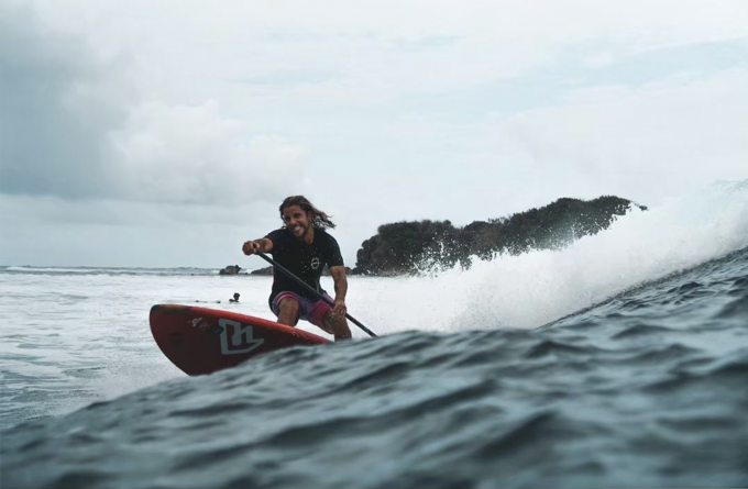 Diego Bello, haciendo surf en Filipinas (Foto: Instagram).