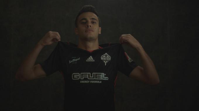 Reguilón, con la camiseta del Team Heretics de Esports.