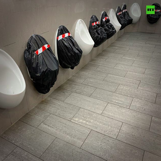 Urinarios con distancia de seguridad (Foto: Rusia Today).
