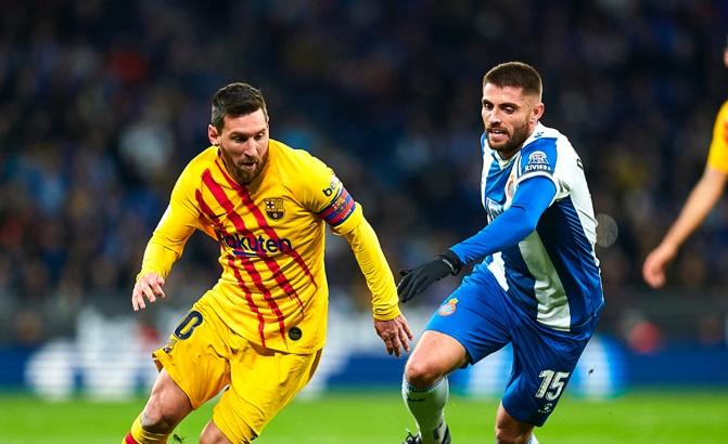 Messi y David López, en el último derbi.