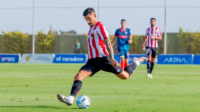 Yuri Berchiche la pega en el Pinatar Arena (Foto: Athletic Club).