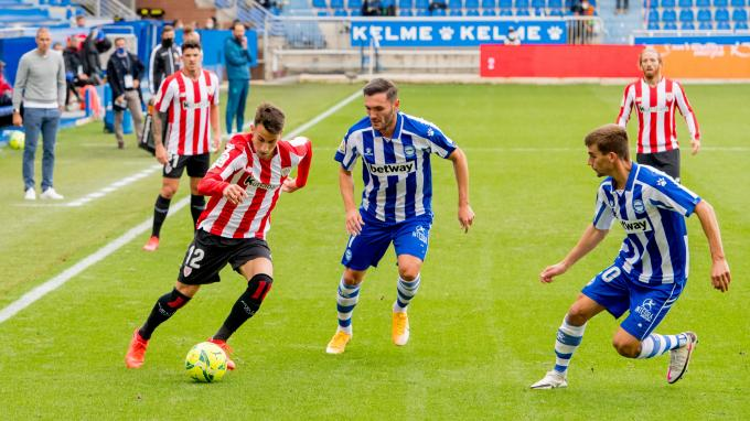 Álex Berenguer percute por banda en Gasteiz (Foto: Athletic Club).
