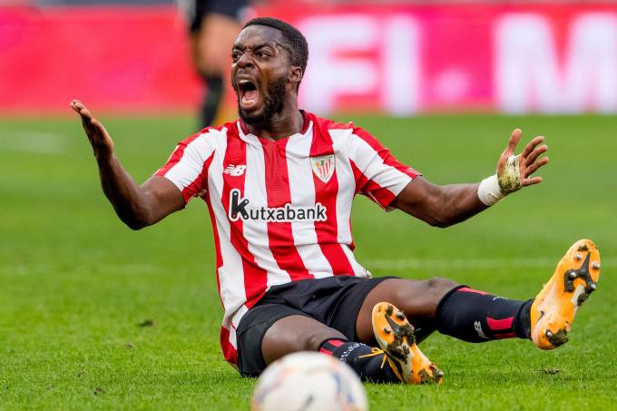 Iñaki Williams protesta al colegiado Alberola Rojas en San Mamés (Foto: Athletic Club).