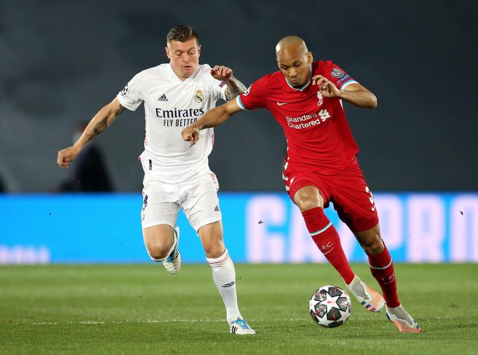 Fabinho conduce delante de Toni Kroos en el Real Madrid-Liverpool (Foto: Crordon Press).