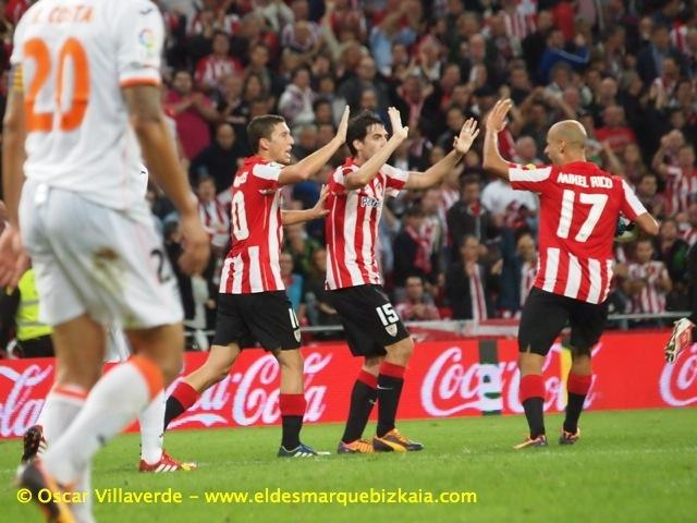 Mikel Rico choca los cinco con Iraola tras marcar un gol con el Athletic Club